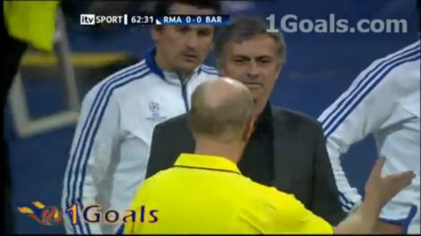 José Mourinho wordt naar de tribune gestuurd