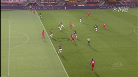 De buitenspelval van Ajax mislukt en Theo Janssen kan zo doorlopen