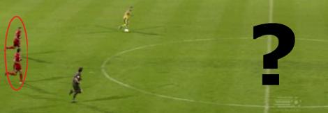 Het middenveld van FC Twente is totaal leeg, waardoor ADO zo de oversteek kan maken.