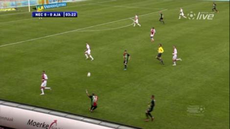 Goossens werkt de bal van ver de zestien in. De Ajax-verdediging staat niet best opgesteld.