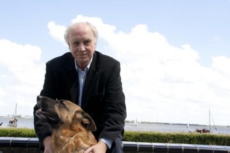Riemer van der Velde poserend met zijn hond, uitkijkend op de Langwarder Wielen.