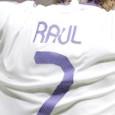 Een jaar geleden nam Real Madrid afscheid van haar aanvoerder. Boegbeeld, modelprof en publiekslieveling Raúl Gonzalez Blanco verklaarde met tranen in zijn ogen dat hij naar Schalke 04 vertrok. Hij wilde meer spelen, voelde zich nog capabel genoeg om basisspeler te zijn. Schalke, bij […]
