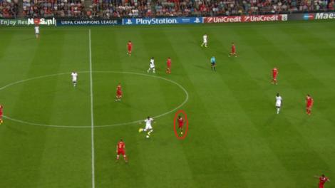 Omcirkelde linksback Jetro Willems dekt door op het middenveld. Milan profiteert vervolgens feilloos van de ruimte in zijn zone, dankzij de opkomende back Abate, die buiten beeld opduikt achter Depay, die in de zone van de linksback staat.