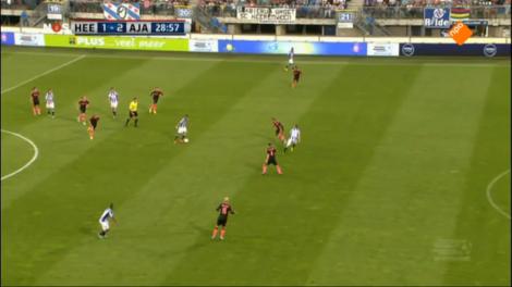 De verdediging van Ajax sluit niet aan bij het middenveld, waardoor er grote ruimtes ontstaan. Defensieve middenvelder Poulsen bewaakt de onderlinge afstanden ook niet. Heerenveen profiteert.