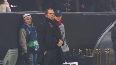 De Boer in San Siro coachend aan de zijlijn tijdens zijn debuut als hoofdtrainer van Ajax.