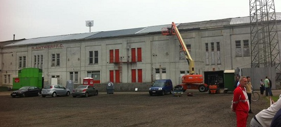 Het stadion van FC Antwerp staat op punt van instorten, maar de club leeft nog.