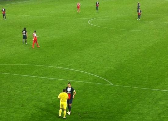 Zlatan Ibrahimović had het weer ouderwets aan de stok met de scheidsrechter.