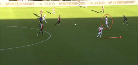 Siem de Jong loopt zich in de uitwedstrijd tegen NEC dit jaar (0-3) vrij om de bal te ontvangen van de opgekomen Boilesen. De Jong speelt de bal gelijk door naar Klaassen, die de ruimte in kan lopen.