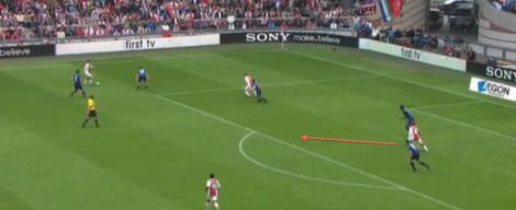 Siem de Jong duikt de ruimte in om aanspeelbaar te zijn voor Daley Blind, in de kampioenswedstrijd tegen FC Twente (3-1). Via een één-twee met Christian Eriksen gooit hij de wedstrijd in het slot.