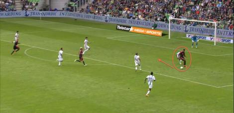 Hoesen in de positie waar hij op zijn best is, in de slotfase tegen FC Groningen (1-1). Met de rug naar de goal, de bal afschermend van zijn direct tegenstander. Even later zal hij de bal naar Poulsen hakken, die naast schiet.