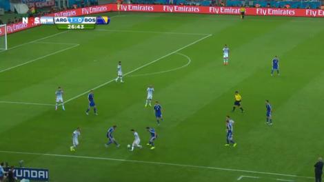 Typisch beeld van Lionel Messi in de eerste helft: hopeloos verloren in een zee van tegenstanders.