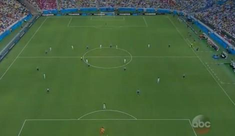 De Uruguayaanse keeper Fernando Muslera aan de bal. Costa Rica zet een hoog blok in een 3-4-3 formatie.