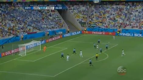 Costa Rica op de counter. Rechtsback Gamboa staat op het punt een voorzet te geven. Costa Rica heeft drie 1-tegen-1 situaties in het strafschopgebied.