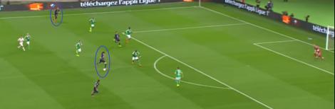 Zlatan Ibrahimovic is uitgeweken naar de linkerflank en Edinson Cavani heeft zijn plek in het centrum overgenomen. Ook het feit dat Maxwell de diepste PSG-speler is, valt op.