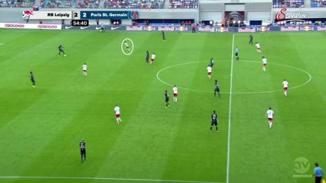 Twee seconden na het eerdere fragment is de buitenspeler naar binnen gekomen en komt PSG in de problemen.