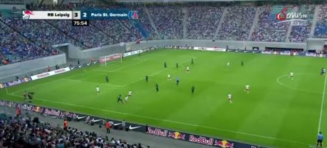 PSG verspeelt de bal aan de zijlijn, onder druk van Leipzig. Het levert de Duitsers een doelpunt op.