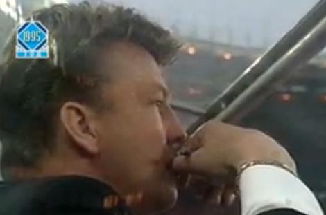 Van Gaal kijkt toe vanuit de dugout.