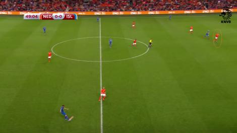 De omcirkelde Jeffrey Bruma loopt achteruit en speelt zo IJsland in de kaart.