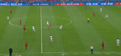 Chili zet druk tegen Spanje, dat in de as van het veld omringd wordt door vier Chilenen.