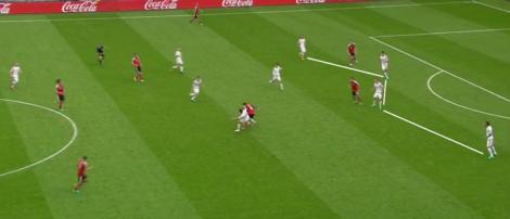 De vier verdedigers van Hongarije staan erg centraal. De rest van het team biedt ondersteuning.