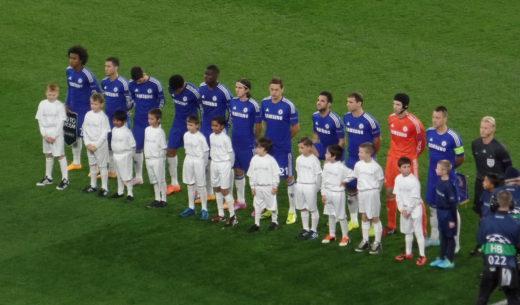 De KNVB wil dat jonge voetballers niet langer aan het handje van hoeven te lopen